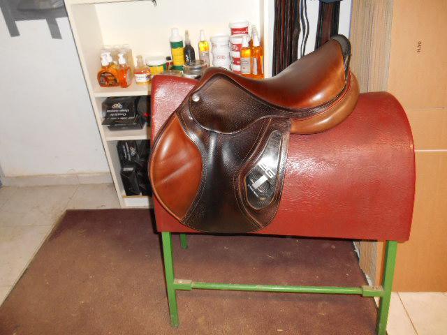 selles toutes marques d 39 occasion 261840 acheter cette selle equirodi suisse. Black Bedroom Furniture Sets. Home Design Ideas